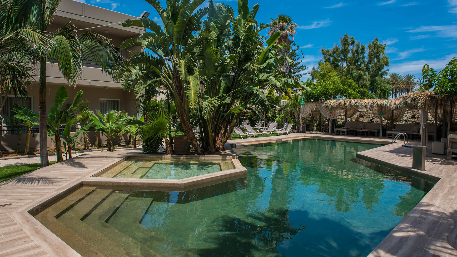 Τρίκλινο με θέα πισίνα κήπο